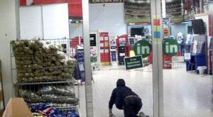 SNART INFÖR RÄTTA. Butikens övervakningskamera visar hur en av de misstänkta cigarettjuvarna tar sig in på Ica Maxi på Hälla.Foto: Polisen