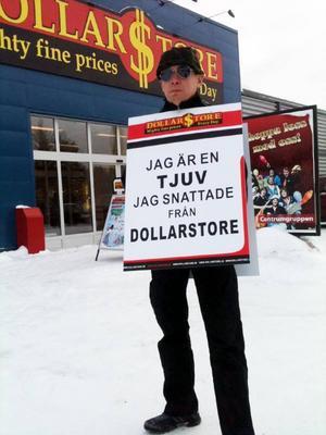 Leif Höglund, anställd på Dollarstore, visar skylten som snattare får ha på sig.