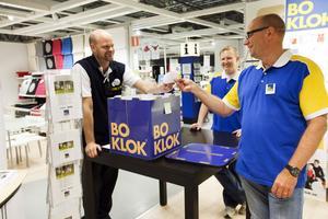 IKEA:s ställföreträdande varuhuschef, Henrick Gustvasson, drog vinnarna och Lars Bergmark på Skanska läste upp namnen på de 12 som får första tjing på parhusen i Holmsund.