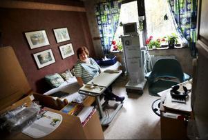 Anita Lund väljer att sitta vid dialysmaskinen, hon är rädd att sprutan i armen ska åka ut annars. Hon vill helt enkelt ha koll.