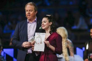 Anders Jansson och Nour El Refai lotsar tittarna genom Melodifestivalen.
