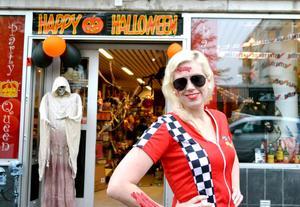 """HALLOWEEN: HÖGTID FÖR MASKERADER. Martina Buchanan är försäljare i butiken Party Queen i Gävle. """"Halloween är som vår julafton, nu har vi det stressigt i butiken."""""""