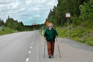 VILL HA FÖRVAR. Olga Arvidsson, 84 år, stretar uppför backen med Forsmarks kärnkraftverk i bakgrunden. Hon ser gärna ett slutförvar av använt                             kärnbränsle  inpå knuten.