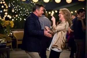 Meryl Streep och Alec Baldwin som skilsmässoparet som sakta börjar återfinna varandra igen – eller? Foto: Melinda Sue Gordon