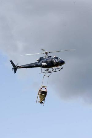 Helikoptern går i skytteltrafik för att bekämpa myggen i Österfärnebo med omnejd.