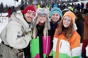 Skådespelaren Morgan Alling spelar Sunes pappa Rudolf poserar här med statisterna Patricia Knip, Alina Bergvik och Emmi Bergvik. Alla tre kommer från Finland och är i Åre på fjällsemester.