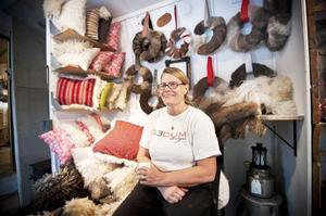 I Pernilla Salomonssons butik ute på gården hänger det dörrkransar och mycket annat både högt och lågt.