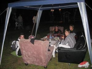 Salemkyrkan vill finnas till för ungdomar som är ute på fredagskvällarna. Partytältet blir som ett litet vardagsrum.