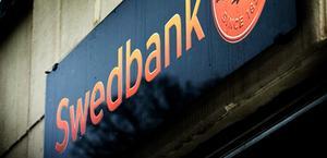 Först upphörde Swedbank med kontanthantering, sedan minskades öppettiderna och nu stänger kontoret helt.