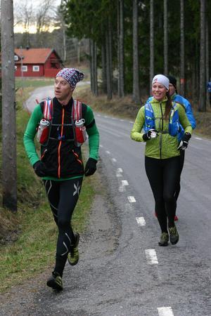 Henrik Gustafsson, Helena Dalivin och i bakgrunden Claes Scheffer stannade till på Söderbyvägen i Ösmo för lite påfyllning av energi. Förutom energidryck och energibars, så fanns kaffe och kladdkaka för den som ville ha det.