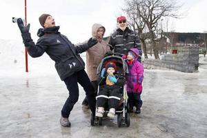 Tony och Teresia Nicholas med barnen Jasper och Beatrix från Västerås tillsammans med morfar Henry Åkerlund. Vi är inte riktigt nöjda. Detta är inte bra.