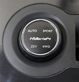 Med ett vred kan bilen köras permanent fyrhjulsdriven (4WD) eller enbart eldriven (ZEV). Sportläget tar fram extra kraftigt vridmoment.