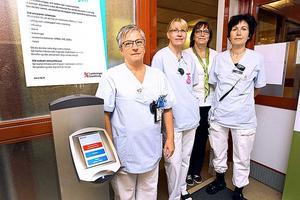 Elisabet Wahlbäck, Susanne Andersson och Lena Fröberg är prioriteringsteamet som igår jobbade med att bedöma patienterna som tagit sig till akuten och själv satt sig i väntrummet med en nummerlapp. För att hjälpa patienterna rätt nu i början fanns dessutom informatören Tina Kax på plats.