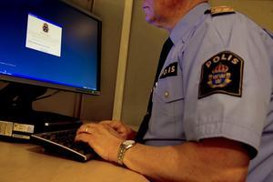 Fjorton poliser i länet har åtalats eller fått böter för olagliga slagningar på det egna personnumret. I många fall sker det enligt åklagaren av ren obetänksamhet, men samtidigt får poliserna tydliga varningar i datorn om att det är olagligt. (Bilden är arrangerad).