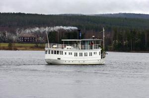 Ångbåten Warpen trafikerar sjön Varpen och Ljusnan från hemmahamnen vid Långnäs i Bollnäs.