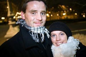 Joakim Bergkvist och Theres Djupström. Med i vagnen sover tvåårige sonen Matteus.