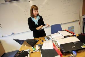 Lena Eriksson tycker att en för stor del av hennes arbete i skolan går till att ordna med administrativa uppgifter.