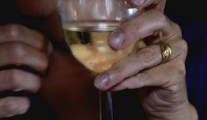 Elände i ett glas. Hundratusentals barn i Sverige lever i hem där vuxna dricker för mycket, skriver debattörerna. foto: scanpix