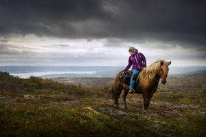 Hanna med hästen Glettnir på Åreskutan, 1000 meter över havet.