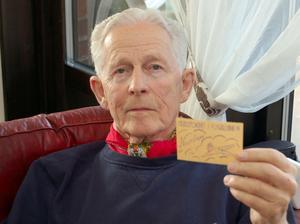 Medlemskort. 85-årige Bo-Åke Ericson visar upp ett medlemskort i Flygklubben Nordan, som senare blev Mockfjärds Flygklubb.