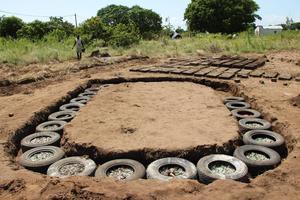 Återvunna bildäck och glas är två av de ingredienser som ska göra Beiras hus bättre i framtiden.