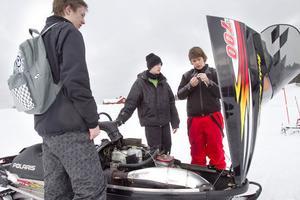 Andreas Eriksson fick hjälp med sin skoter av kompisarna Andreas Norman och Martin Hedin, alla från Järvsö.