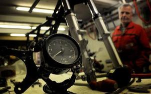 En varvräknare nedmonterad som snart åter visar livet i en lätt tvåcylindrig tävlingsmaskin. Foto: Christer Nyman