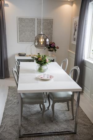 Gamla ärvda stolar blir en fin kontrast till det moderna bordet.