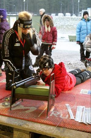 Jakob Karlsson 12 år och från Nyköping testade att skjuta med det särskilda luftgevär som skidskyttejuniorerna upp till 14 år ska tävla med. Han instruerades av 22-åriga Malin Jakobsson från Östersund som är med i det militära skidskyttelandslaget och hoppas slå sig in i det civila landslaget om två år.