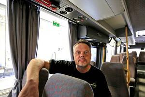 Stefan Göras förklarar att vid en olycka kan bussens fönster lätt krossas och att det i taket på varje buss finns en utrymningsväg.