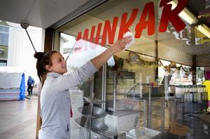 Patricia Murario putsade fönstren på munkvagnen på torsdagseftermiddagen. Hon ska göra sin första Hälsinge marknad i helgen.