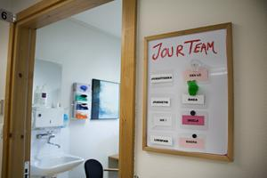 Ett sätt att hinna med att ta emot fler patienter är att jobba i team. I jourteamet som tar emot de som akut behöver vård gör sjuksköterskorna den första bedömningen och sedan kopplas läkaren in vid behov.