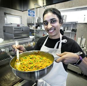 Santhi Priya Thamma tillagar en vegetariska gryta med quornfärs. Hon berättar att den har anpassats för att fungera som en gryta i Sverige. – Quorn finns i Indien också men där använder vi quornbollar i stället, och det passar inte lika bra när jag skulle göra en gryta.