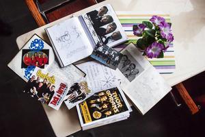 I personal rummet ligger en hög med gästböcker, fyllda med autografer och tackmeddelande från alla artister som har framträtt på Sandvikens camping.