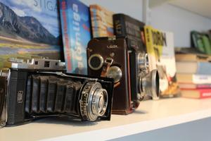 De gamla kamerorna som följde med husköpet, har fått en framskjuten plats iarbetsrummet.