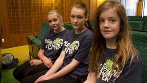 """Nora Rolén, Tova Andberg och Iris van Loenhout framträder med ett dansnummer. """"Det svåra är att få in dansen med bra tajming till bakgrundsmusiken"""", säger Nora Rolén."""