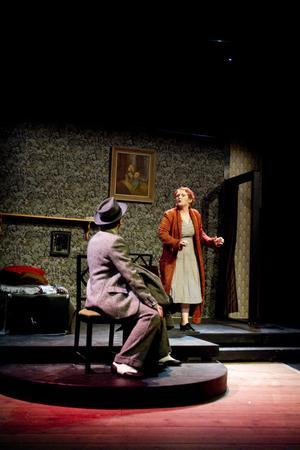 """Fraulein Schneider och Clif Bradshaw. Det är Sara Kreft och David Tanzilli som har två av de bärande rollerna i """"Cabaret""""."""