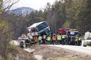 Bussen som välte vid 07.00 under söndagsmorgonen, bärgades strax före klockan 13 samma dag och undersöktes under måndagen av Statens haverikommission.