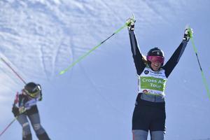 Anna Holmlund jublar efter segern i Val Thorens precis före Sandra Näslund.