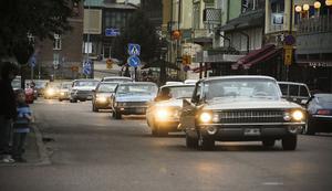 Under lördagskvällen fylldes Hamngatan av gamla veteranbilar.