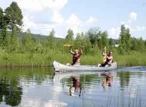 Frank och Ola Sällström gör segertecken efter en vinst i kanotracet.