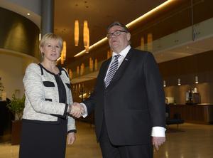 Inte så muntert vid första mötet. I juni 2015 träffades Wallström och Soini på Clarion Arlanda i ett möte som beskrivs som lika avslaget som bilden ovan...