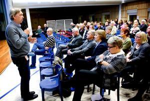 Skolchefen Ulf Månsson var en av flera kommunrepresentanter som berättade om framtidens skola i Borlänge vid mötet i Ornäs aula.