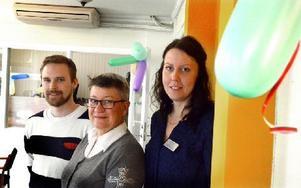 Rickard Fridlund, Kerstin Ericsson och Louise Sigfridsson jobbar på Svensk fastighetsförmedling, vars lokalkontor firar femårsjubileum i Säter. Foto: Johan Källs/DT