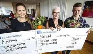 10 000 kronor var är vad ungdomarna får från Länsförsäkringar Jämtland. Från vänster, Hedda Bångman, Pia Sandvik och Olle Olsson-Bad.