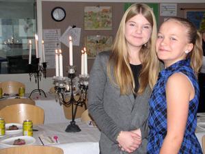 Jaqueline Rydén och Jennifer Lindqvist, år 5, vid förberedelserna och dukningen inför årets Nobelfest på Bjurhovdaskolan.
