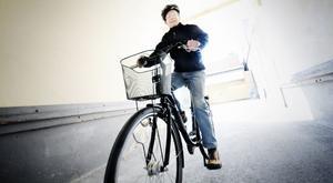 Håkan Blom på den cykel som kommer att lottas ut vid avslutningen.
