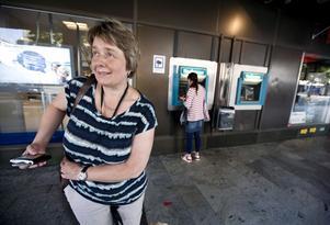 """Misslyckat försök. Monica Fredriksson vid Nordeas uttagsautomater på Stora Gatan. Ingen av bankomaternas talfunktion fungerar. Punktskrift saknas på en av bankomaterna. """"En enkel åtgärd skulle förändra så mycket"""", säger Monica Fredriksson. FOTO: TONY PERSSON"""