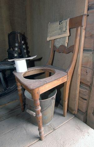Det fanns även toalettstolar förr i tiden. Ett alternativ till att slippa gå ut på torrdasset när det var kallt eller när man var sjuk.