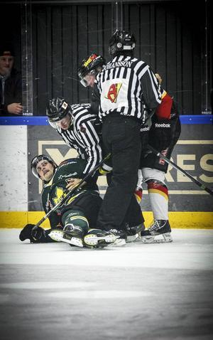 Linjedomaren Alf Levin tröttnade på Joel Asp och slängde honom i isen. Det kan man i alla fall tro av den här bilden.